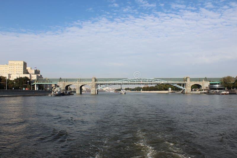 Vista del fiume di Mosca e del ponte insolito immagine stock