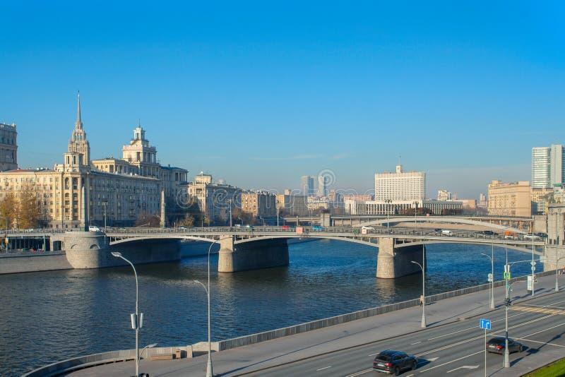 Vista del fiume di Mosca, ponte di Borodinsky, embankm di Rostovskaya fotografia stock