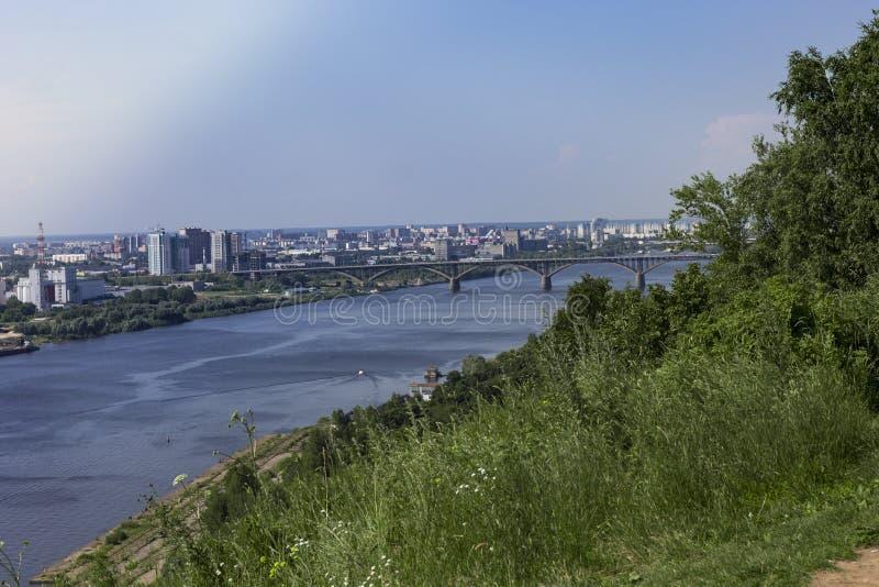 Vista del fiume di Oka e la parte inferiore della città immagini stock