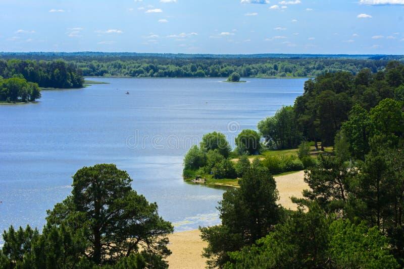 Vista del fiume di Teterev da un'altezza nel parco della città fotografie stock libere da diritti