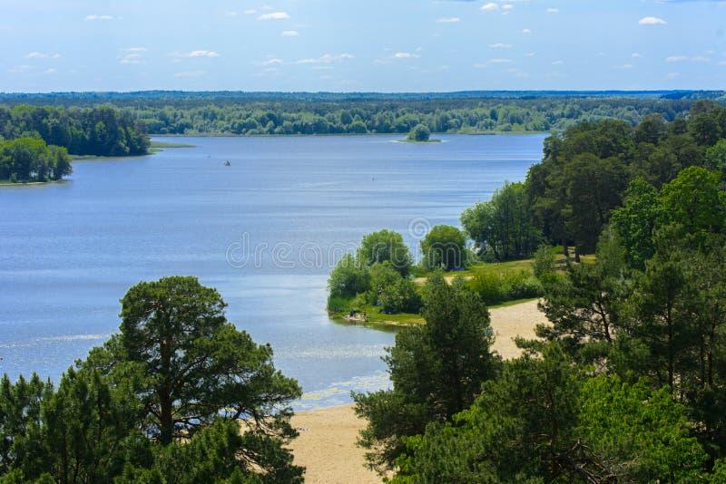 Vista del fiume di Teterev da un'altezza nel parco della città immagini stock