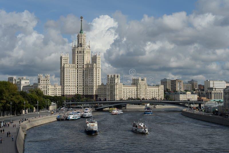 Vista del fiume e del grattacielo di Moskva sull'argine di Kotelnicheskaya di Mosca fotografia stock libera da diritti
