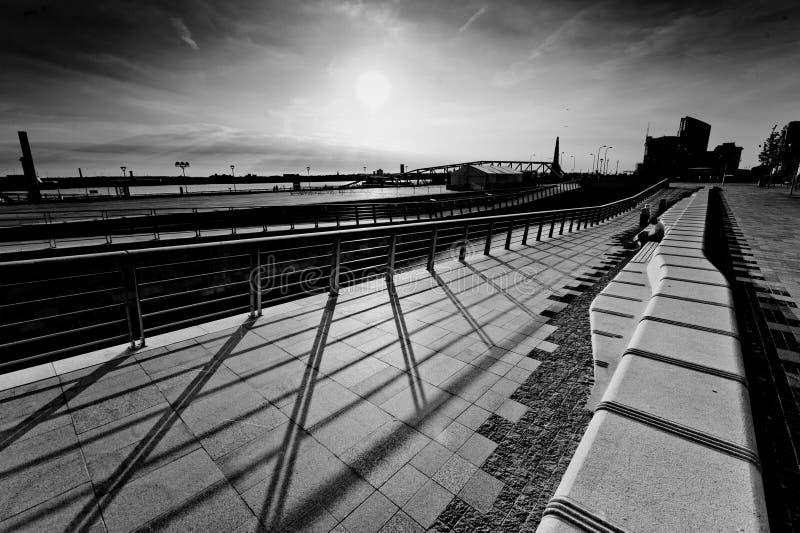 Vista del fiume Mersey e del pilastro di Liverpool fotografia stock libera da diritti