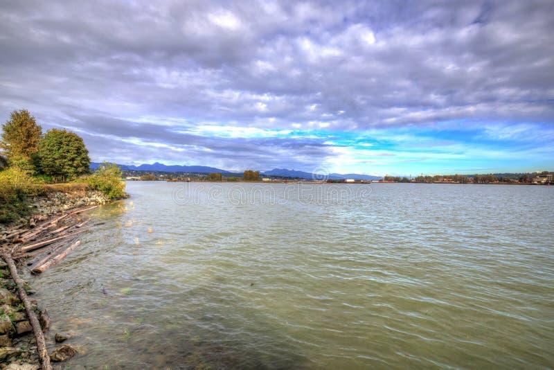 Vista del fiume in un pomeriggio nuvoloso immagini stock