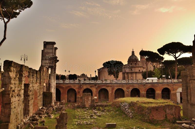 Vista del foro romano en Roma imagen de archivo