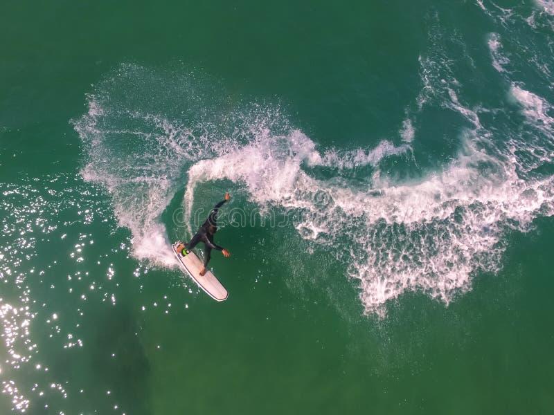 Vista del fuco della manovra praticante il surfing fotografia stock