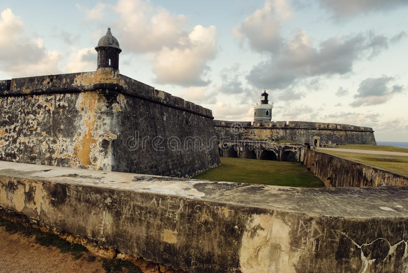 Vista del fuerte del EL Morro con el cielo de la puesta del sol, Puerto Rico imagenes de archivo