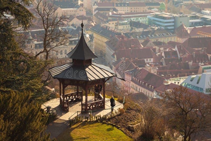 Vista del gazebo en la colina de Schlossberg encima de la ciudad de Graz imagen de archivo
