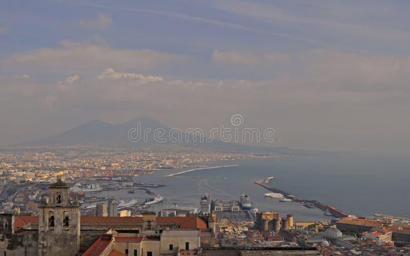 Vista del golfo de Nápoles de Castel Sant 'Elmo imagenes de archivo