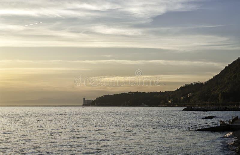 Vista del golfo de Trieste y del castillo de Miramare imagen de archivo libre de regalías