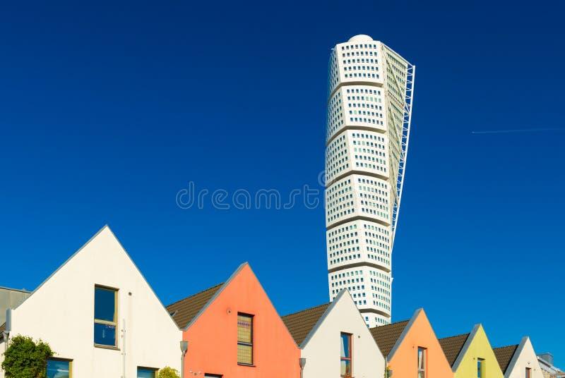 Vista del grattacielo di giro del torso con cielo blu sui precedenti fotografia stock