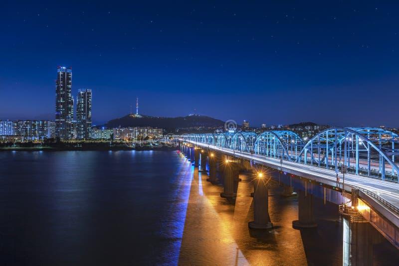 Vista del hanriver en el puente de Dongjak y de la torre de N Seúl en la noche en la Corea del Sur de Seúl fotos de archivo libres de regalías