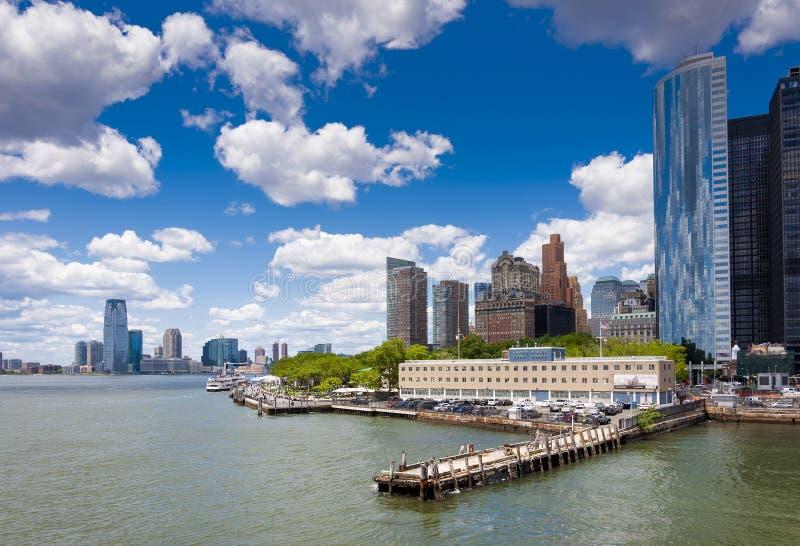 Vista del horizonte del área del parque de batería en Manhattan, New York City de Staten Island Ferry fotos de archivo