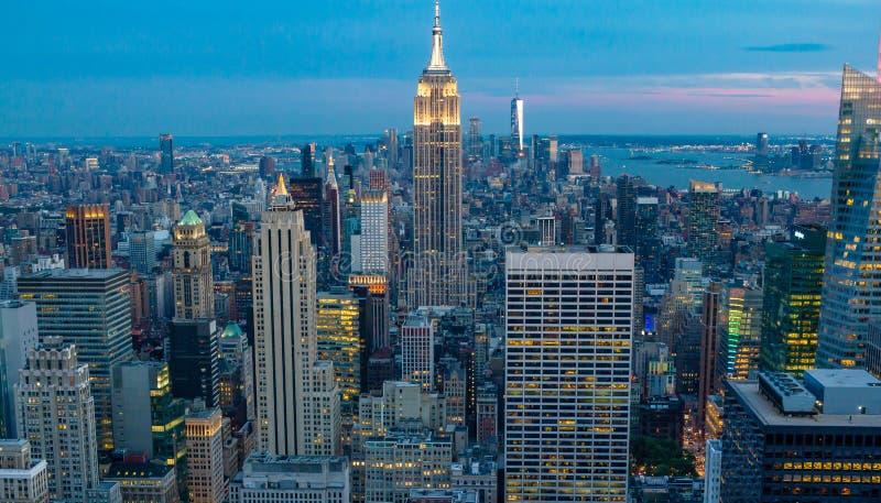 Vista del horizonte céntrico de Manhattan, Nueva York, los E.E.U.U., en la noche durante crepúsculo foto de archivo