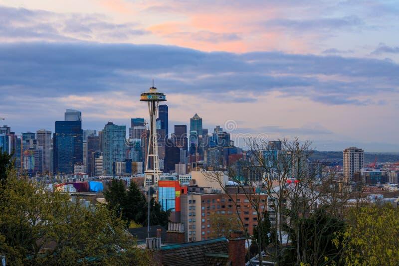 Vista del horizonte céntrico de Seattle en la salida del sol en Washington fotografía de archivo