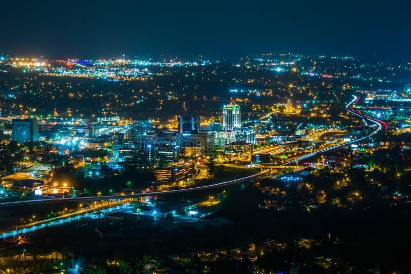 Vista del horizonte c?ntrico de Roanoke en la noche, de la monta?a del molino en Roanoke, Virginia fotos de archivo libres de regalías