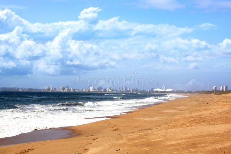 Vista del horizonte de la ciudad de Durban y del primero plano de la playa imagenes de archivo