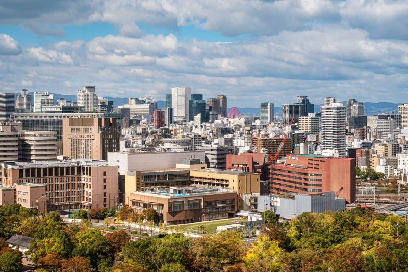 Vista del horizonte de Osaka de Osaka Castle en un día hermoso en otoño fotos de archivo libres de regalías