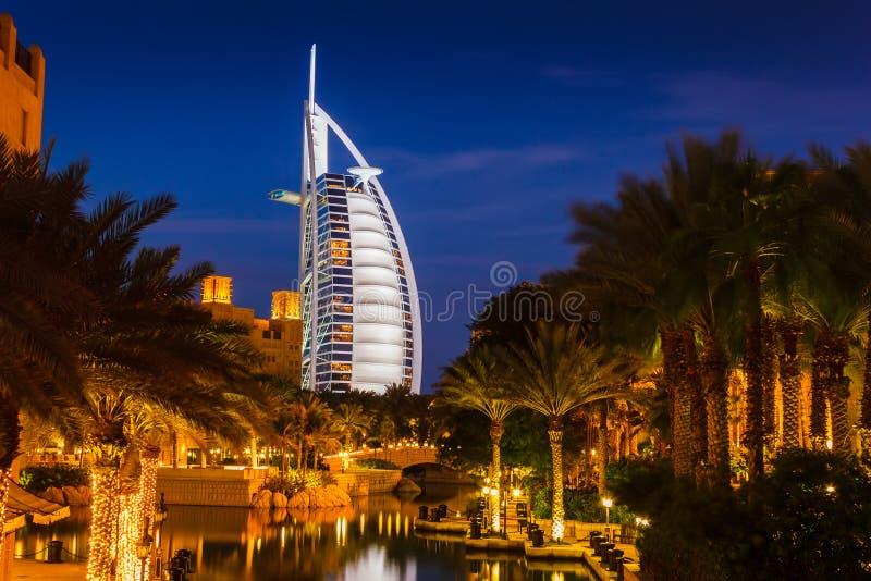 Vista del hotel Burj Al Arab de Souk Madinat Jumeirah foto de archivo