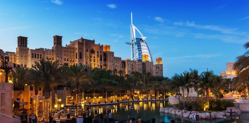 Vista del hotel Burj Al Arab de Souk Madinat Jumeirah imágenes de archivo libres de regalías