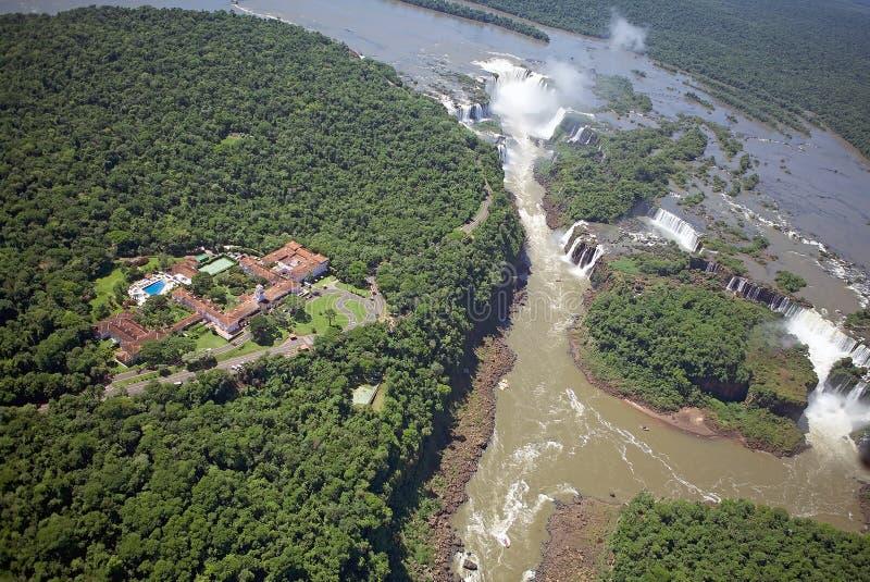 Vista del hotel das Cataratas y las cataratas del Iguazú, el Brasil de Belmond fotografía de archivo libre de regalías