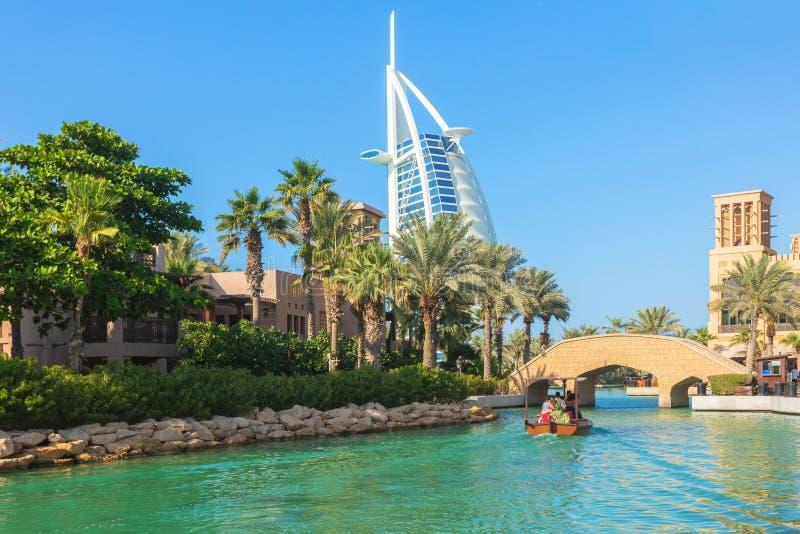 Vista del hotel de Burj Al Arab del hotel de Madinat Jumeirah imagenes de archivo