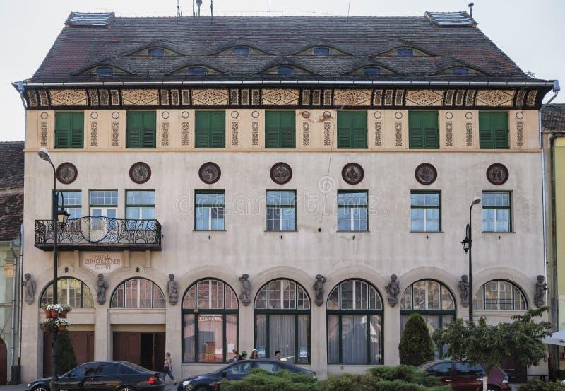 Vista del hotel severo de Goldenen del enfoque situado en zona central el 8 de agosto de 2018 en Sighisoara, Transilvania fotos de archivo