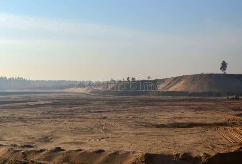 Vista del hoyo de arena grande Minerales útiles de la producción mining fotos de archivo