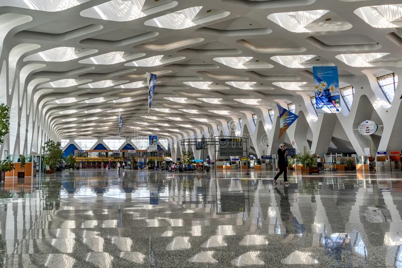 Vista del insite September2016 Marocco dell'aeroporto di Marrakesh del corridoio con le sue linee architettoniche speciali nel te immagine stock
