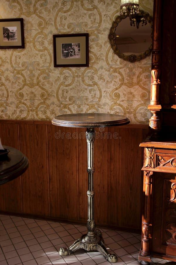 Vista del interior de un café acogedor fotos de archivo libres de regalías