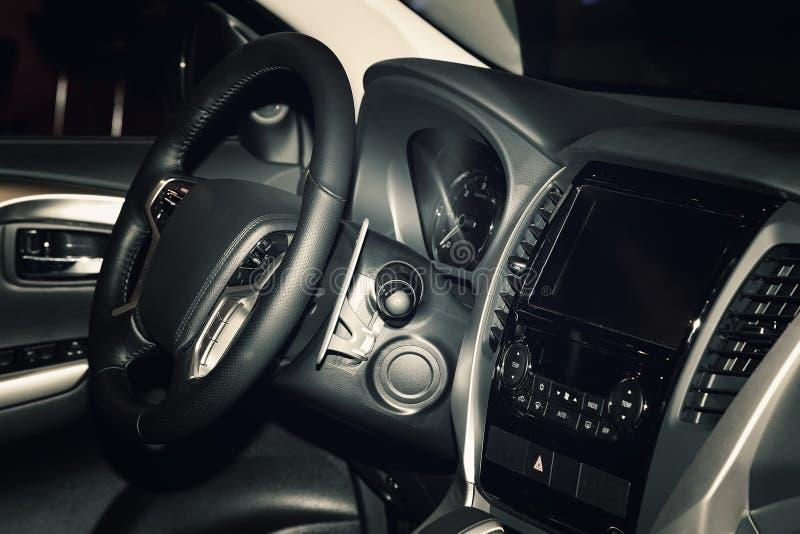 Vista del interior del automóvil moderno que muestra el tablero de instrumentos foto de archivo libre de regalías