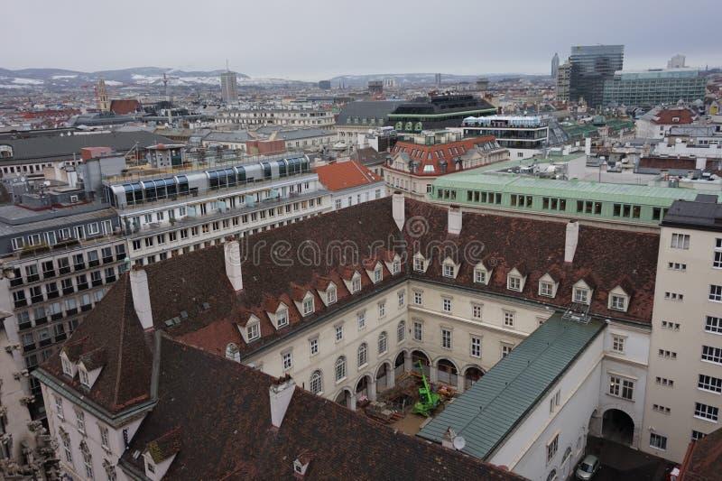 Vista del invierno Viena de la torre de la catedral del St Stephen's Ciudad en una neblina fotos de archivo libres de regalías