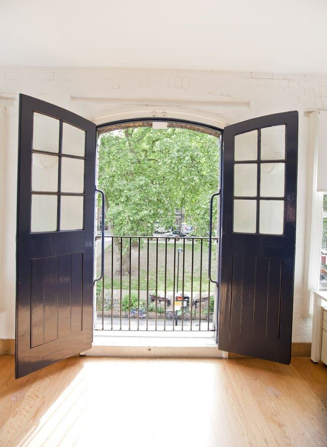 Vista del jardín a través de la puerta abierta de la oficina fotografía de archivo
