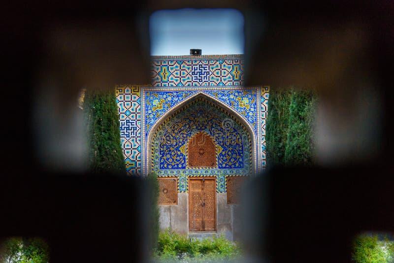 Vista del jardín a través de la ventana en mezquita del Sah o del imán Mosque en Isfahán irán imagen de archivo libre de regalías