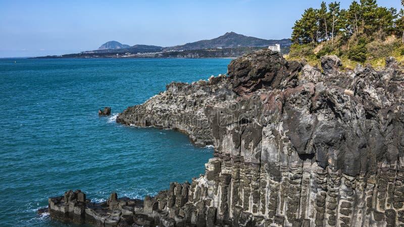 Vista del Jusangjeollidae Jusangjeolli è colonne di pietra accatastate su lungo la costa ed è un monumento culturale designato di fotografie stock libere da diritti