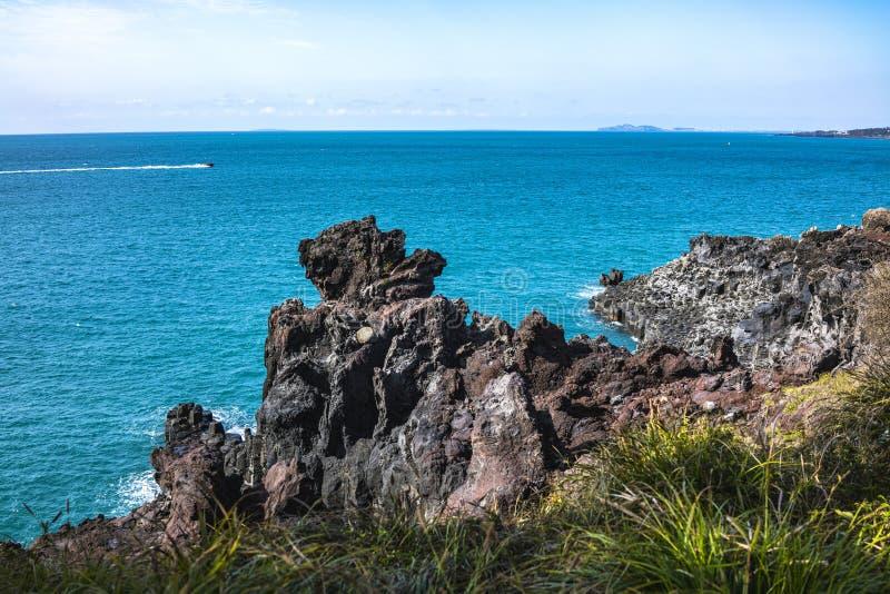 Vista del Jusangjeollidae Jusangjeolli è colonne di pietra accatastate su lungo la costa ed è un monumento culturale designato di immagine stock