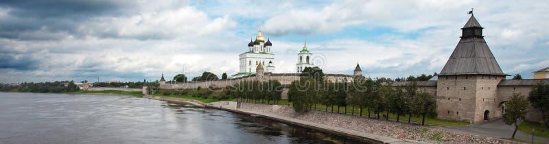 Vista del Kremlin de Pskov foto de archivo