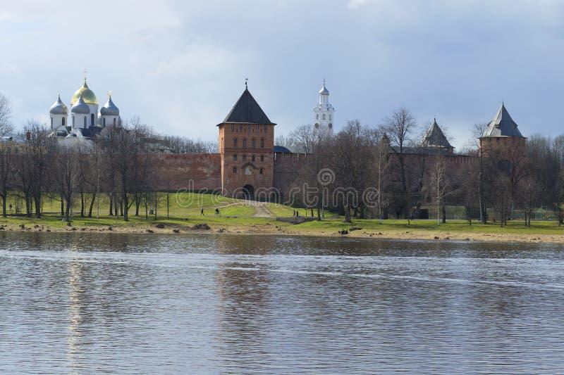 Vista del Kremlin del día nublado de Veliky Novgorod en abril fotos de archivo