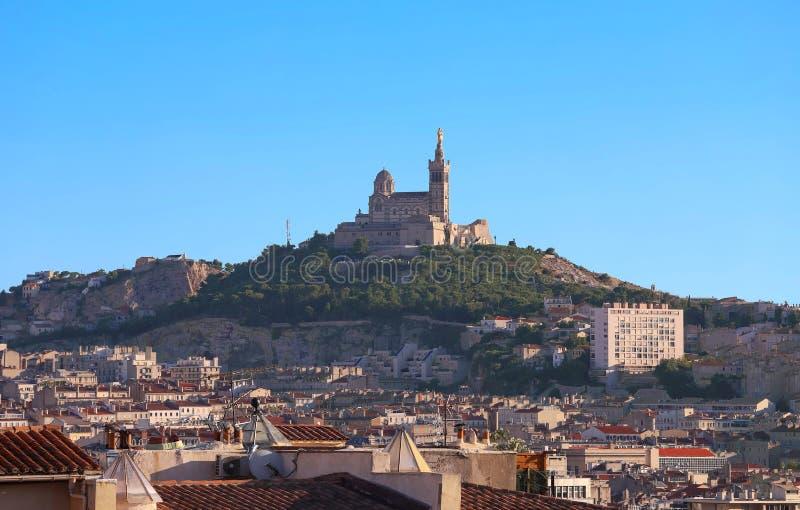 Vista del la Garde de Notre Dame de de Marsella y de la basílica fotos de archivo libres de regalías