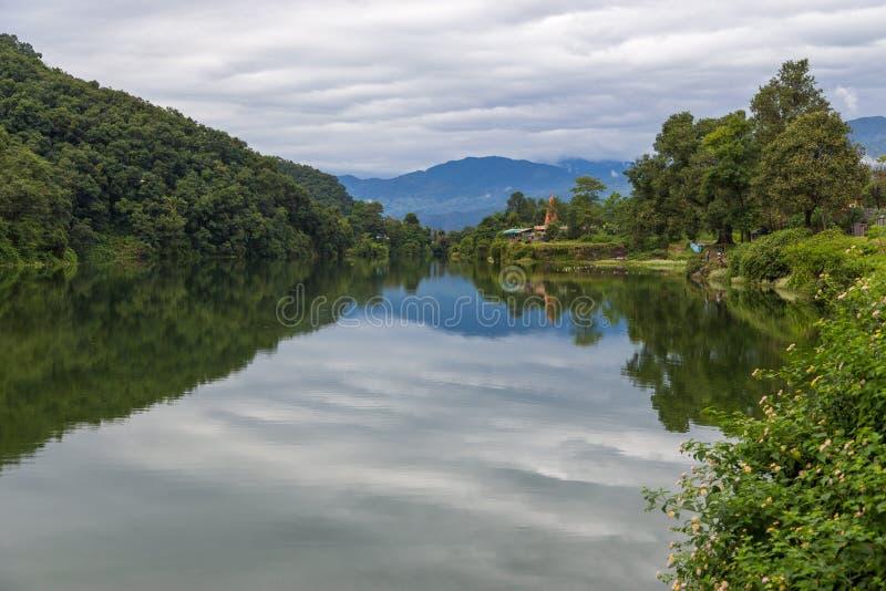 Vista del lado del lago de Pokhara del lago Phewa, Pokhara fotos de archivo libres de regalías