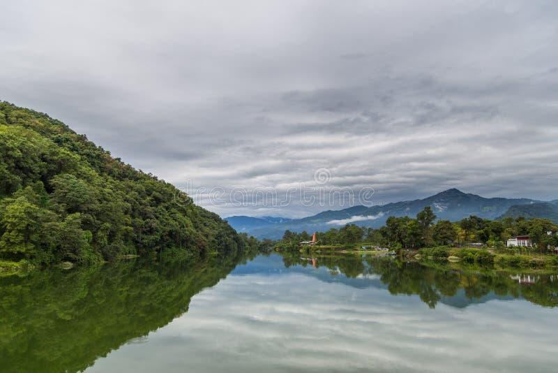 Vista del lado del lago de Pokhara del lago Phewa, Pokhara imagenes de archivo