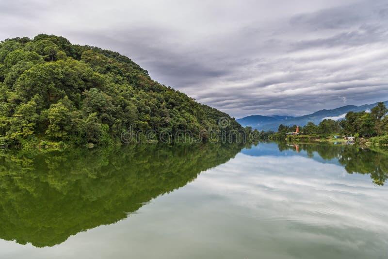 Vista del lado del lago de Pokhara del lago Phewa, Pokhara imagen de archivo libre de regalías