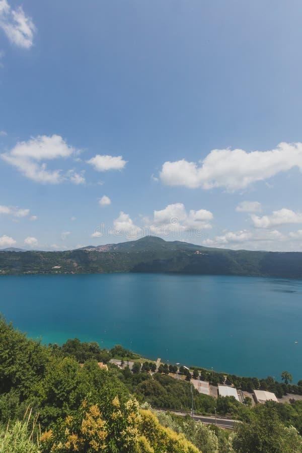 Vista del lago Albano de la ciudad de Castel Gandolfo, Italia fotografía de archivo libre de regalías