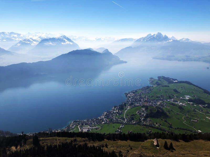 Vista del lago Alfalfa Vierwaldstätersee y del pico Pilatus en el fondo de la montaña de Rigi fotografía de archivo libre de regalías