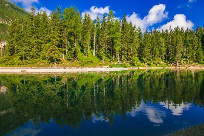Vista del lago alpino idilliaco in trentino negativo per la stampa di cartamoneta-Adige, Italia del nord fotografie stock libere da diritti