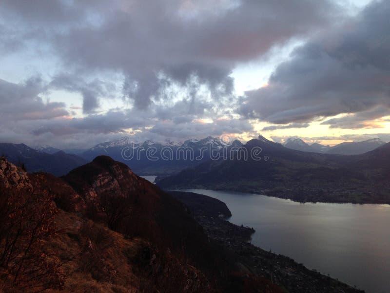 Vista del lago annecy al tramonto immagini stock libere da diritti