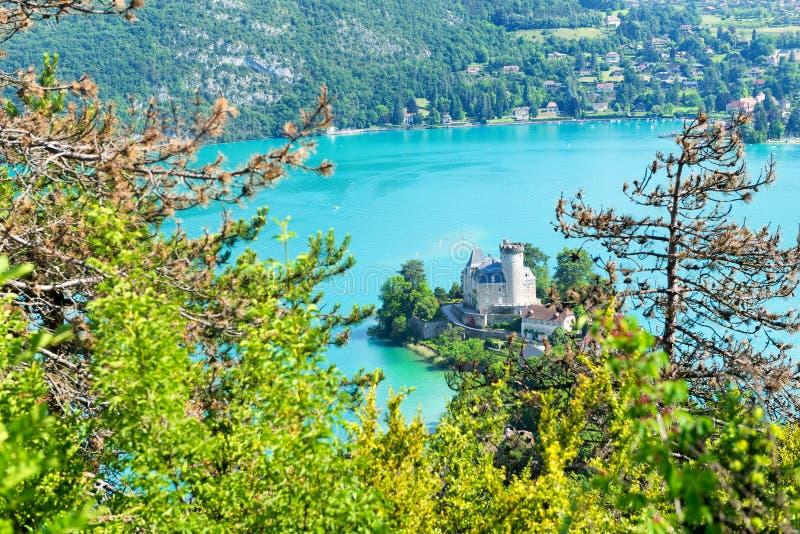 Vista del lago annecy con el castillo fotos de archivo