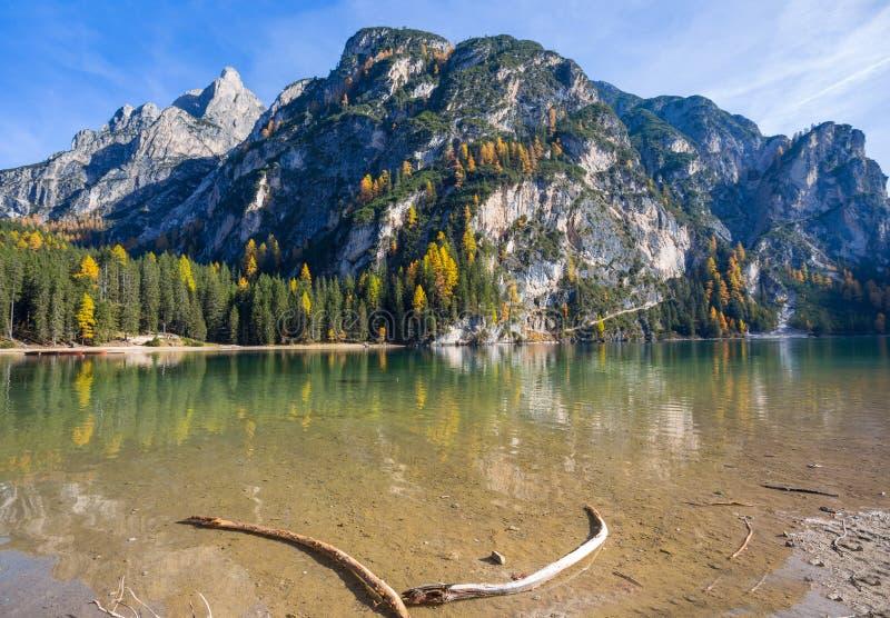 Vista del lago Braies in un paesaggio variopinto nelle alpi italiane delle dolomia, valle di autunno di Pusteria, dentro il Fanes fotografie stock libere da diritti