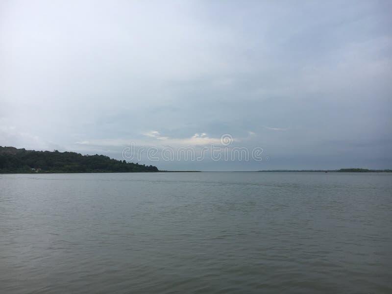 Vista del lago in cielo scuro fotografie stock
