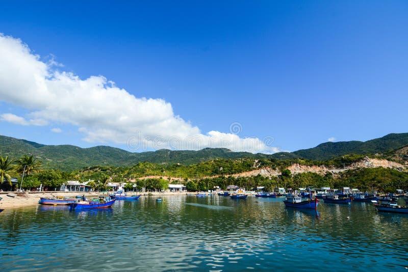 Vista del lago con el fondo del cielo azul y de la montaña en Nhatrang imágenes de archivo libres de regalías